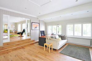 Een houten vloer zoals laminaat is zo gelegd